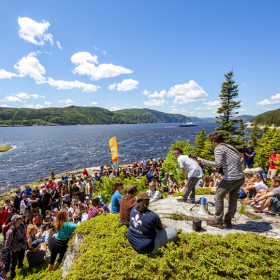Outdoor performance by Keith Kouna, at Festival de la chanson de Tadoussac. Photo : Marc Loiselle